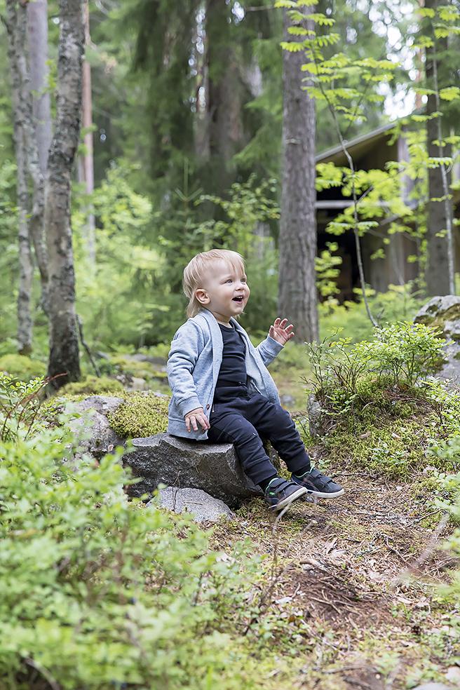 Pieni seikkailija metsässä