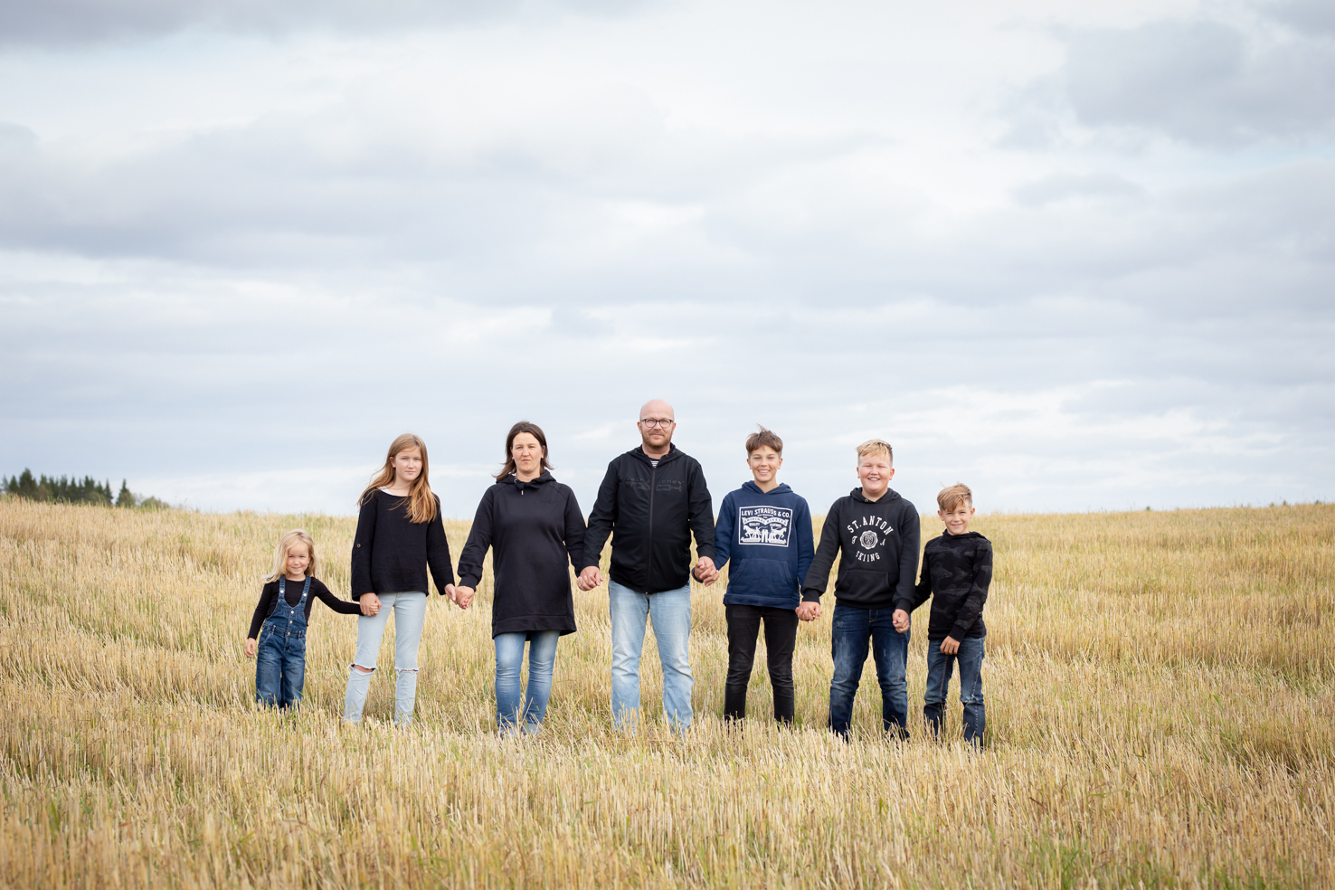 perhekuvaus viljapellolla